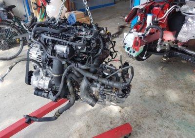 Motor draußen zur entspannten Montage der Sportkupplung und des Turboladers