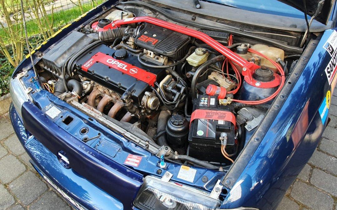 Der Opel Astra GSI in blau ist bereit für den Rallyeeinsatz